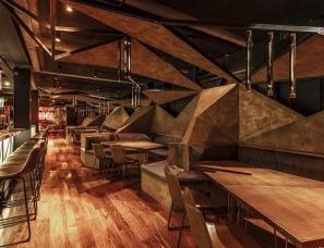estudio HMA--融合了氧化铁色调和绿色植物的阿根廷mamba酒吧